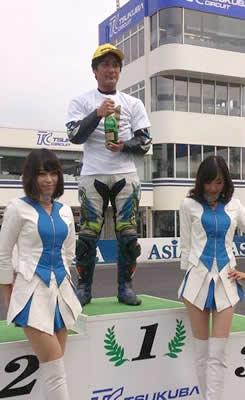 戦うレーサー日比社長、優勝おめでとうございます!