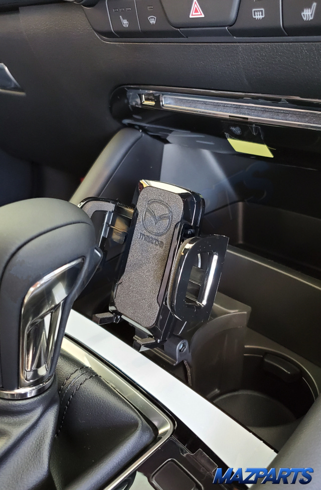 新商品!カップホルダー部分に設置する海外マツダ純正MAZDA3用スマートフォンホルダー。CX-30でも使えるかも?